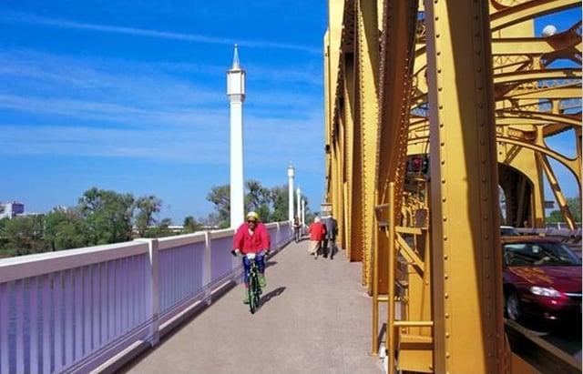 Tower_Bridge_Sidewalk.jpg