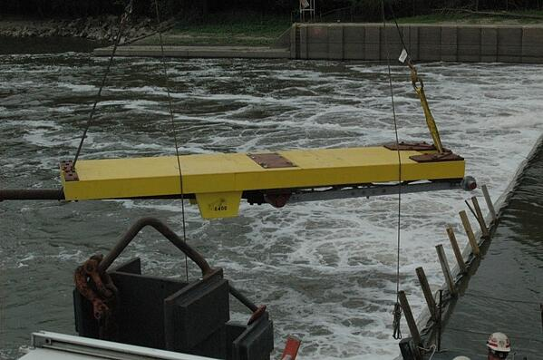 8._Wicket_Gate_installed_in_Illinois_River
